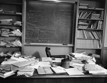 albert-einsteins-desk-the-day-he-died-1955